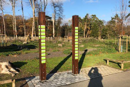 Baumpaten-Stelen im Tierpark